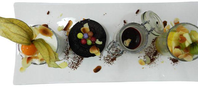 Assiette de desserts : pana cotta, caramel, salade de fruits