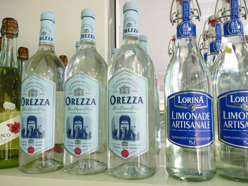Eau d'Orezza Eau minérale gazeuze d'Orezza en bouteilles de verre, la célèbre eau minérale ferrugineuse corse.