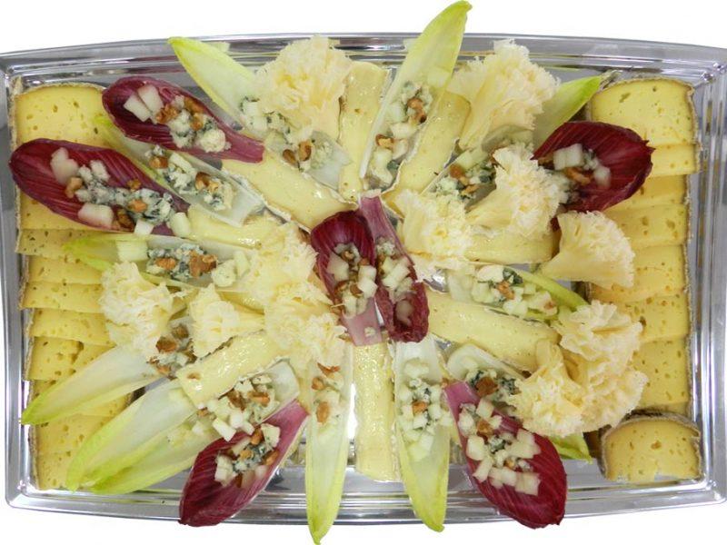 Plateau de fromages fermiers Tomme de Savoie, Brie de Meaux, endives et miettes de Roquefort Papillon, pommes reinettes, giroles tête de moine.