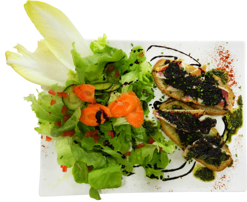 Salade + toasts rougets et tapenade