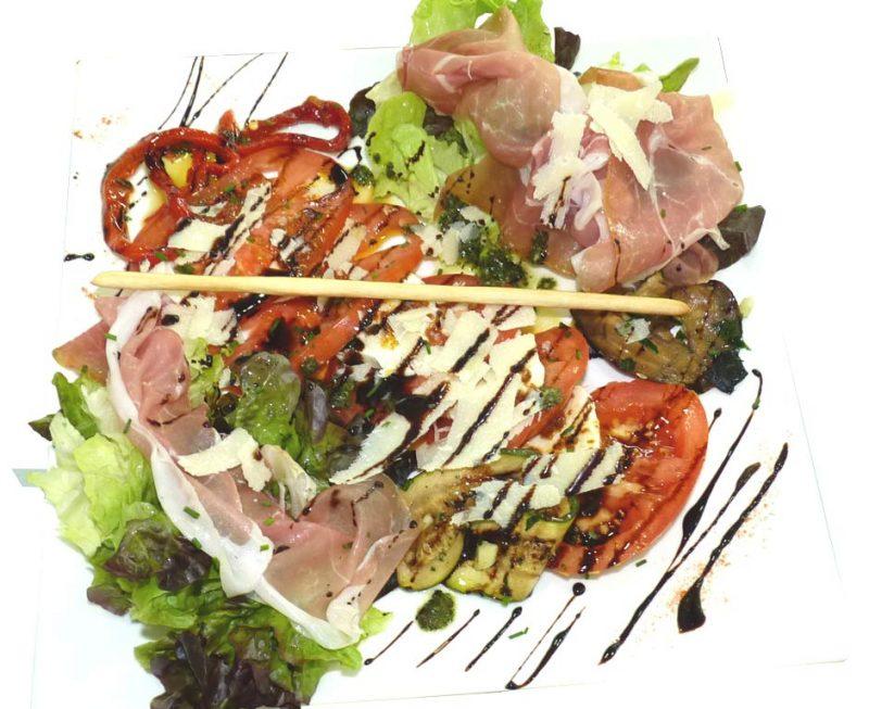 Salade italienne : tomates mozzarella buffala, parmesan, parme, salade verte