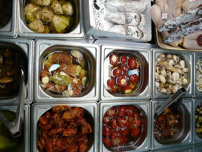 Olives farcies aux poivrons, anchois, tomates séchées, mini poivrons farcis, poupriouns, saucisson truffé, coeurs d'artichauts...